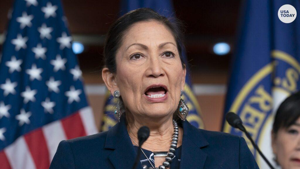 Deb Haaland primera mujer nativa americana para dirigir el Departamento de Interior