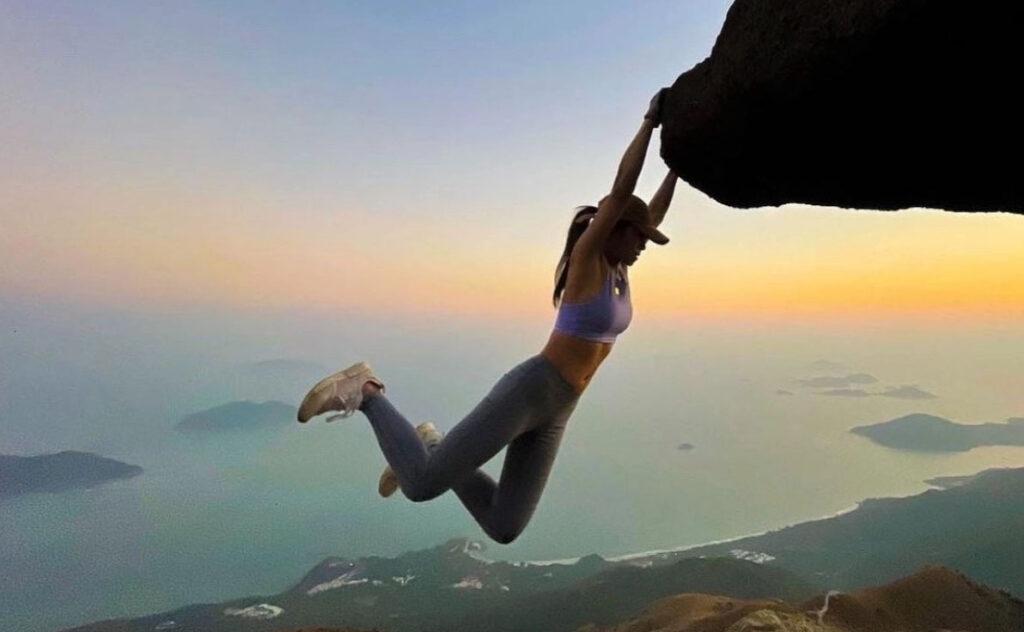 estrella de Instagram que posaba al borde de precipicios muere al caer por una cascada